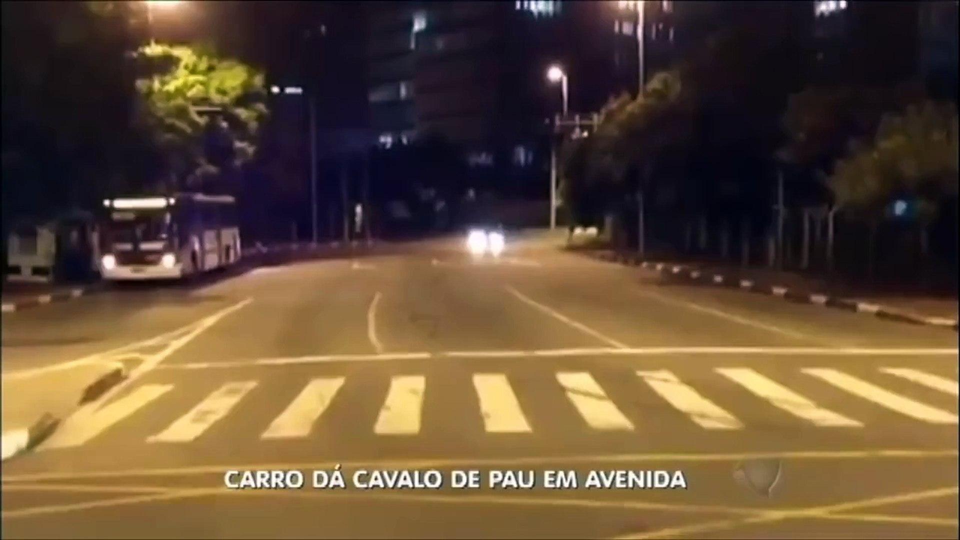 Motorista de cavalo de pau com carro em alta velocidade em avenida de São Paulo,2015