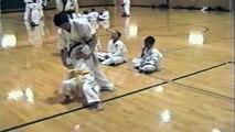 Un enfant sauve une fillette pendant un cours d'arts martiaux