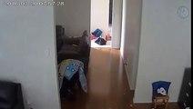 Un cambrioleur évite une caméra de surveillance en se cachant sous une couette