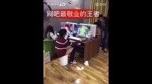 Un geek fait caca dans un seau dans un cybercafé chinois