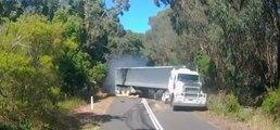 Un camion roule trop vite sur une route de campagne et fonce droit sur une voiture