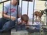 Un enfant a la tete coince et il va faire tourner en bourrique son pere