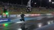 Drag racer Brett Ghedina fait un spectaculaire backflip avec sa moto surpuissante