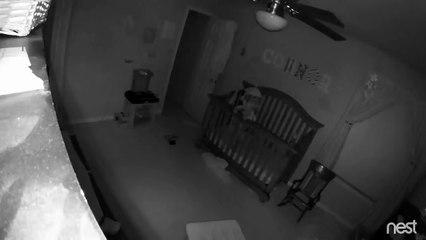 Un bébé réussi à se mettre debout et à tenir sur la barrière de son lit en pleine nuit