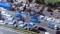 Dipaksa Ikutan Demo Supir Taxi Yang Tidak Mau Lalu Tabrak Supir Taxi Yang Demo Karena Disweeping