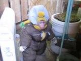 Comment un singe fait-il pour sortir quand il neige Il met une doudoune !