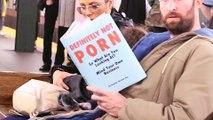Il piège des personnes avec de fausses couvertures de livre dans le métro