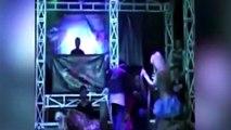 Mordedura de cobra mata a estrella indonesia en concierto (Imágenes que pueden herir su sensibilidad)