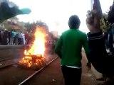 متظاهرون يقطعون السكة الحديد بمحطة قطار شبين الكوم (2)