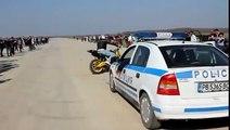 ドリフト走行のバイクが警察を挑発して高速で逃走