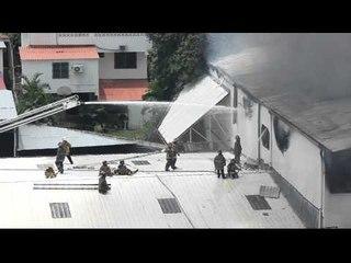 Bomberos intentan apagar fuego