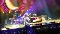 """Con Axl Rose en silla de ruedas, """"Guns N'Roses"""" arrancó su esperada gira en Las Vegas"""