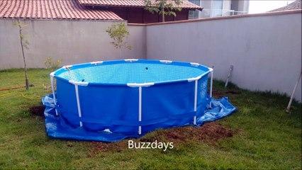 Cet homme commence par mettre des planches autour de sa piscine...