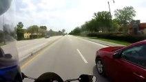 La dangereuse course poursuite entre une voiture et un deux roues.