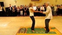 Ce vieux couple surprend tout le monde sur la piste de danse! Ne quittez pas leurs pieds des yeux!