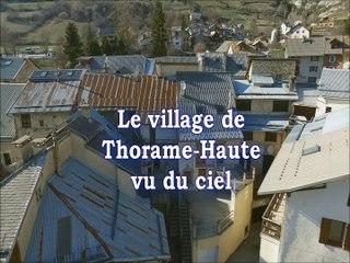 Merci à Nicolas pour ces belles images du village de Thorame Haute vu du ciel.