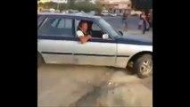Une voiture lui fonce dessus et il a LE rຟ qui lui sauve la vie