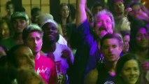 Nicole faz show de striper no baile do Divino e tira camisa de Roni