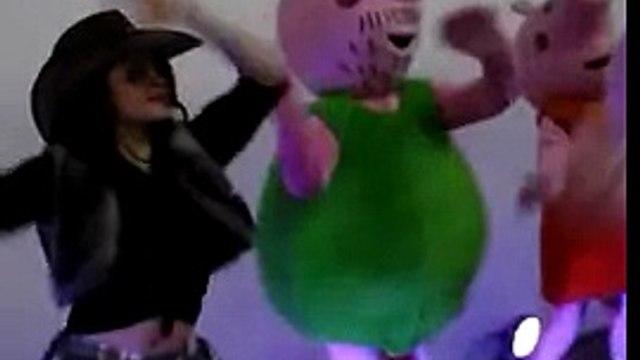 Nene sofia dançando com a turma da peppa pig