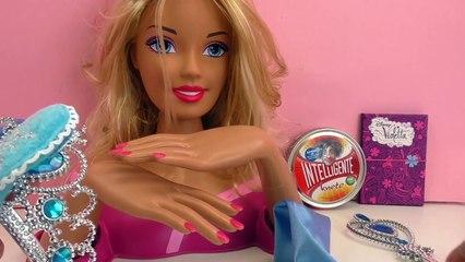 Barbie transformée en la reine des neiges Elsa avec une robe en pâte à modeler intelligent
