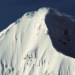 Candide Thovex descend l'Eagle Peak en ski freeride