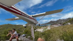Un avion frôle la tête d'un touriste trop curieux à Saint-Barthélémy