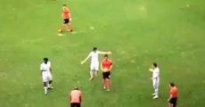 Un footballeur sort du terrain ballon en main et quitte le club (Ecosse)