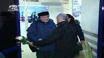 Maestrul Eugen Doga a revenit la Chisinau si spune ca se simte bine. A fost intampinat pe aeroportul din Chisinau de cativa prieteni, care i-au adus flori. Pe fundalul muzical rasunau operele sale.