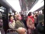 Concert sauvage des Naturally dans le métro