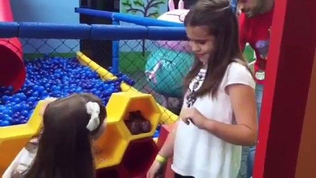 Brincando no playground da Peppa Pig!!