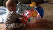 Ce bébé se fait son remake de Là-haut avec son ballon
