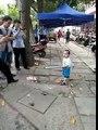 Un petit garçon défend sa grand-mère avec une barre de fer