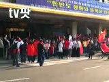 【韓国聖火リレー】チベット人を取り囲む赤い集団【暴力】