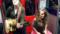 Les passagers du métro se mettent à chanter avec des musiciens dans la rame