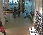 Le passage d'une tornade filmé depuis l'intérieur d'une boutique
