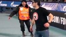Un supporter rend fou les stadiers lors d'un match de football en Russie.