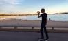 Tony Hawk boit du rosé en skate sur la Croisette à Cannes