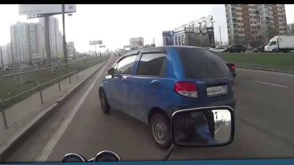 Un motard évite la mort de justesse à cause d'un automobiliste fou