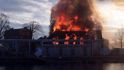Spectaculaire incendie sur la presque-île de Caen