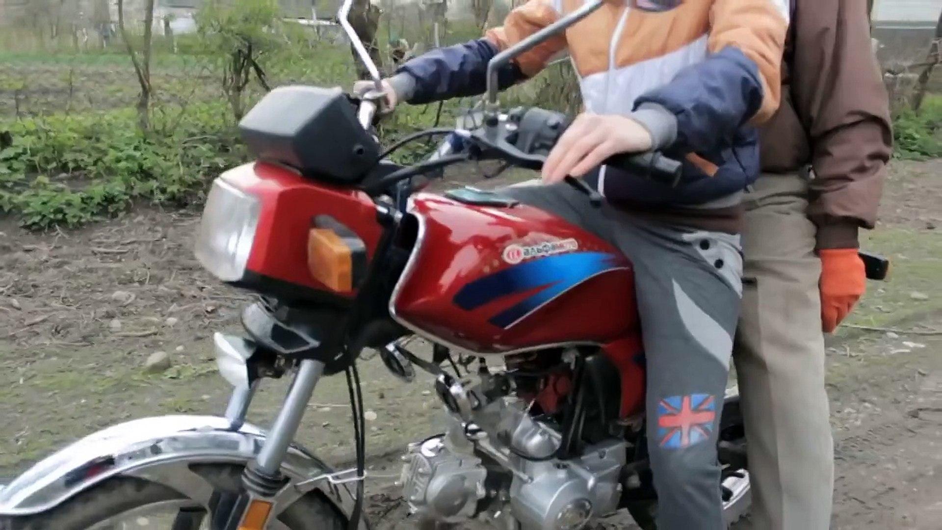 Папа учит дочку водить мотоцикл угар дня