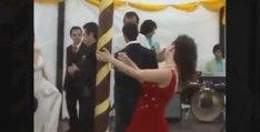 Complètement ivre, une femme gâche le mariage et blesse la mariée (vidéo)