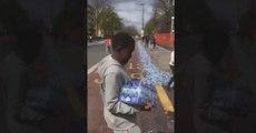 Des habitants de Londres pillent les stocks d'eau potable destinés aux marathoniens (vidéo)