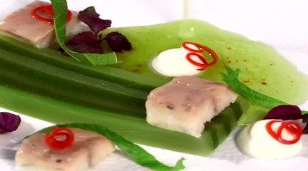 Terrine de concombre à la menthe accompagnée de morceaux d'anguille et sa crème yogourt citronnée par Hélène Darroze
