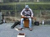 A lui tout seul il joue comme un groupe de plusieurs musiciens