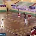 Un but de malade tout en souplesse pendant un match de foot en salle