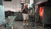 Un souffleur de verre réalise un verre à pied.. imperssionnant !