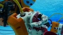 Un robot humanoide explore une épave sous marine piloté comme un jeu vidéo