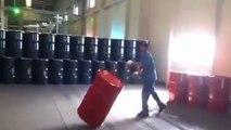 Ces deux employés ont trouvés une technique plutôt efficace pour déplacer ces barils