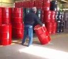 UneTechnique pour déplacer des barils sans se fatiguer et très astucieux.