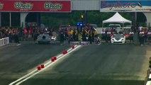 Une voiture de course décolle et sort de piste en plein démarrage !